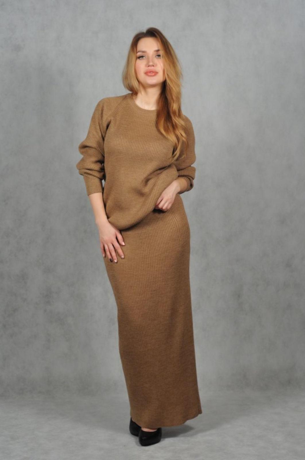 На фотографии женский костюм юбка с кофтой рыжего цвета от SHAPAR, бренда вязаной одежды ручной работы в интернет-магазине связанных спицами вещей.