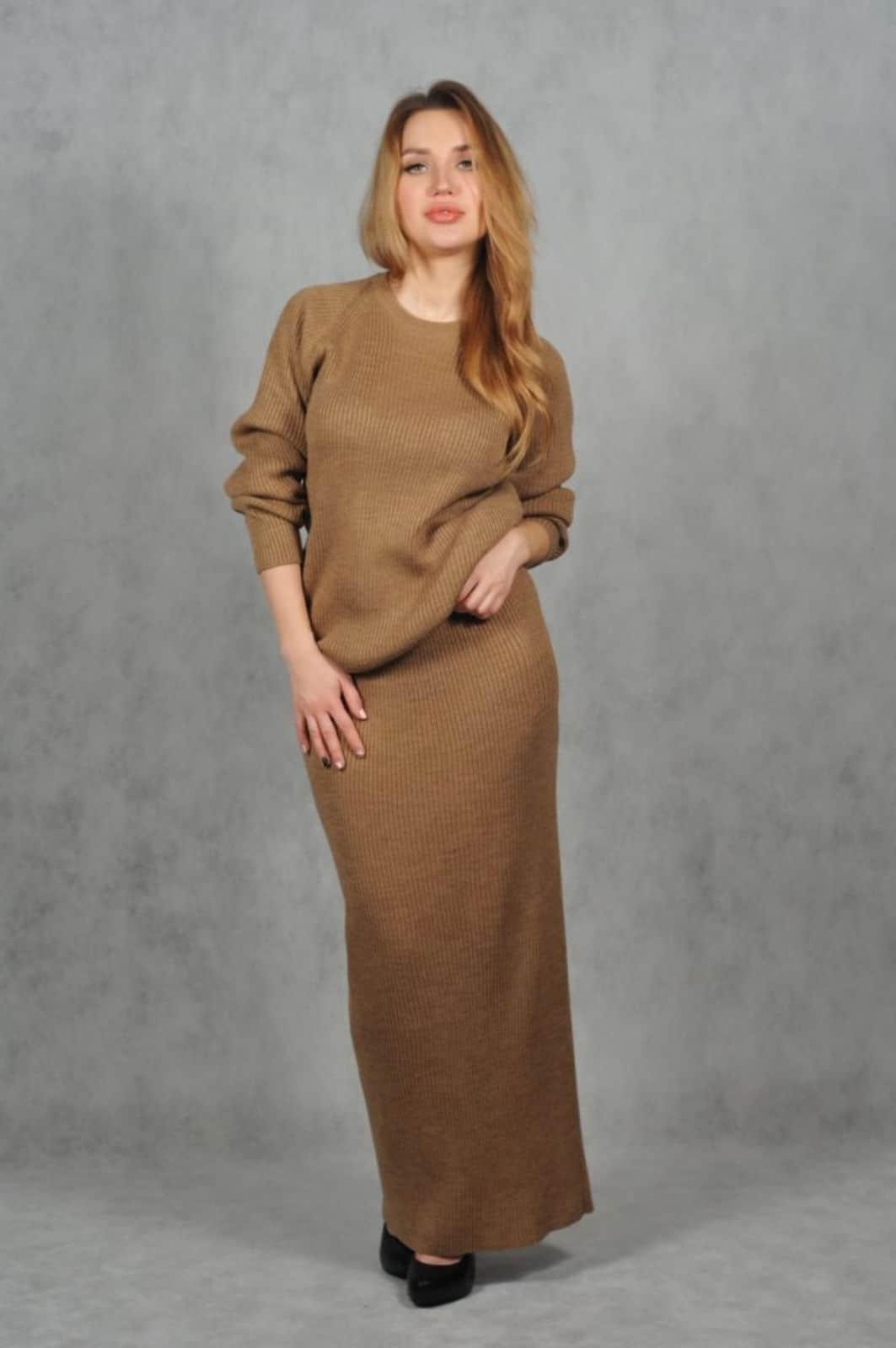 На фотографии женский костюм из юбки с кофтой от Shapar, бренда вязаной одежды ручной работы в интернет-магазине связанных спицами вещей.
