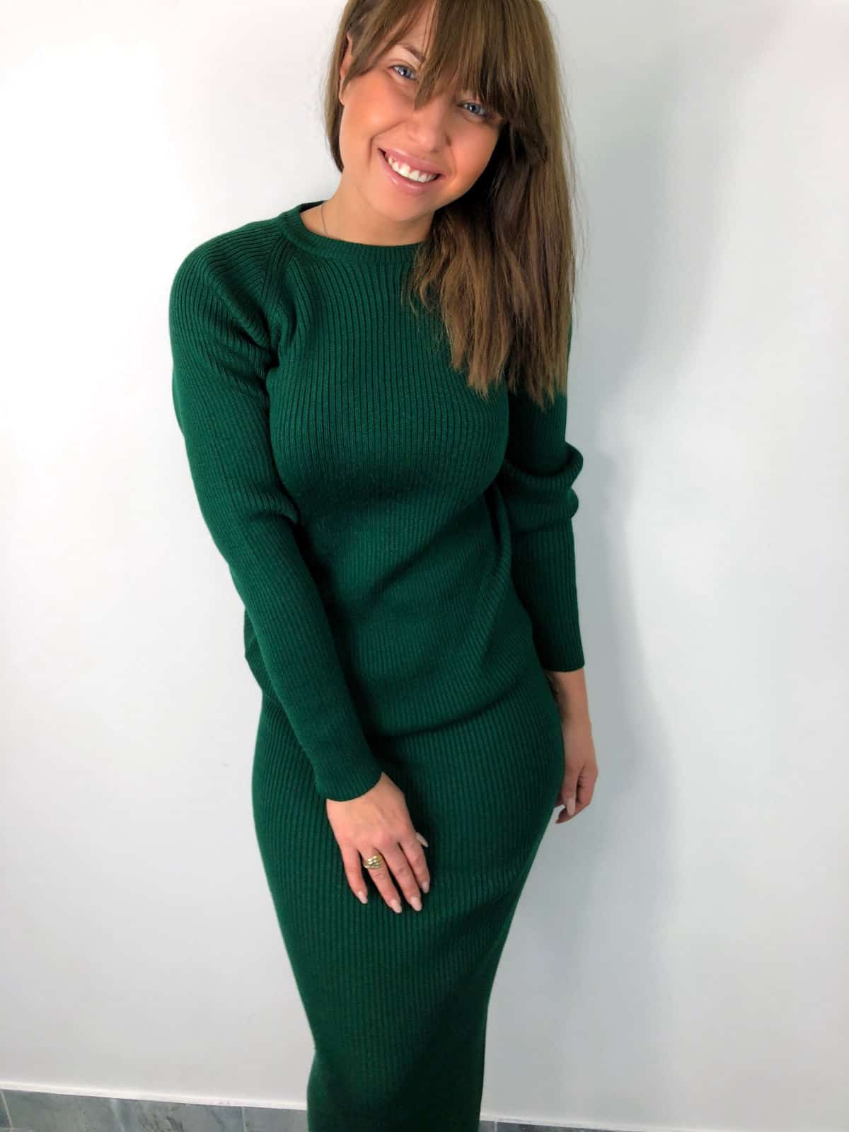 На фотографии вязаный модный костюм с юбкой изумрудного цвета от SHAPAR, бренда женской одежды в интернет-магазине связанных спицами вещей.