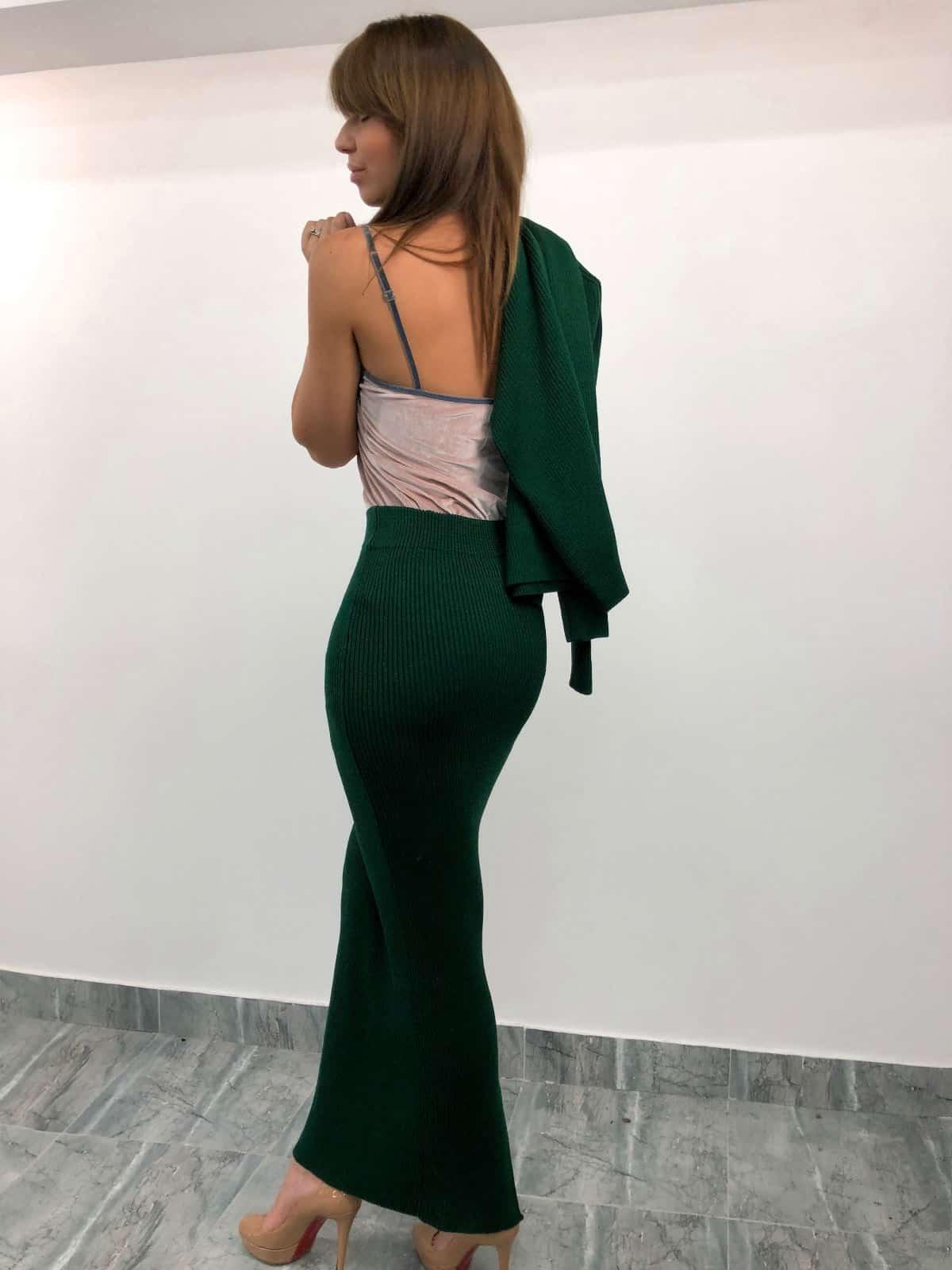 На четвертой фотографии трикотажный зеленый костюм с юбкой со спины от Shapar, бренда вязаной одежды ручной работы в интернет-магазине связанных спицами вещей.