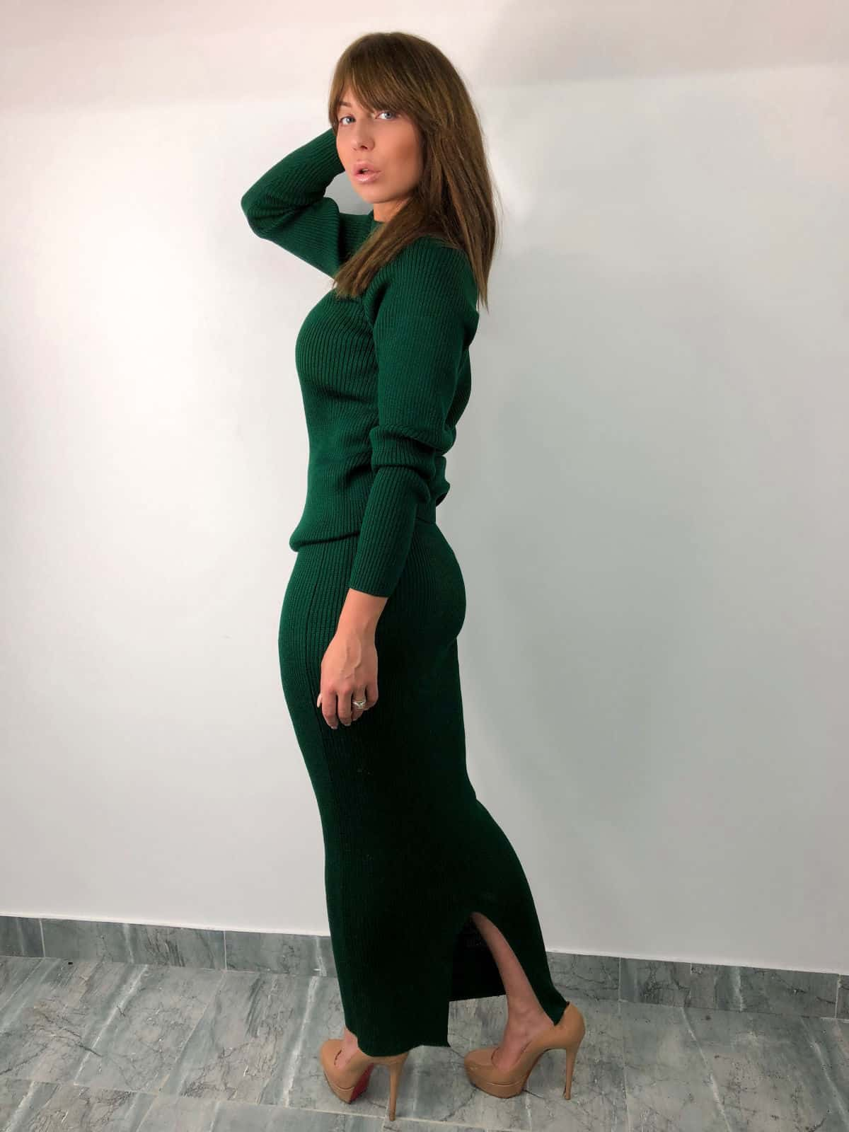 На шестой фотографии зеленый костюм с юбкой для девушек и женщин от Shapar, бренда вязаной одежды ручной работы в интернет-магазине связанных спицами вещей.