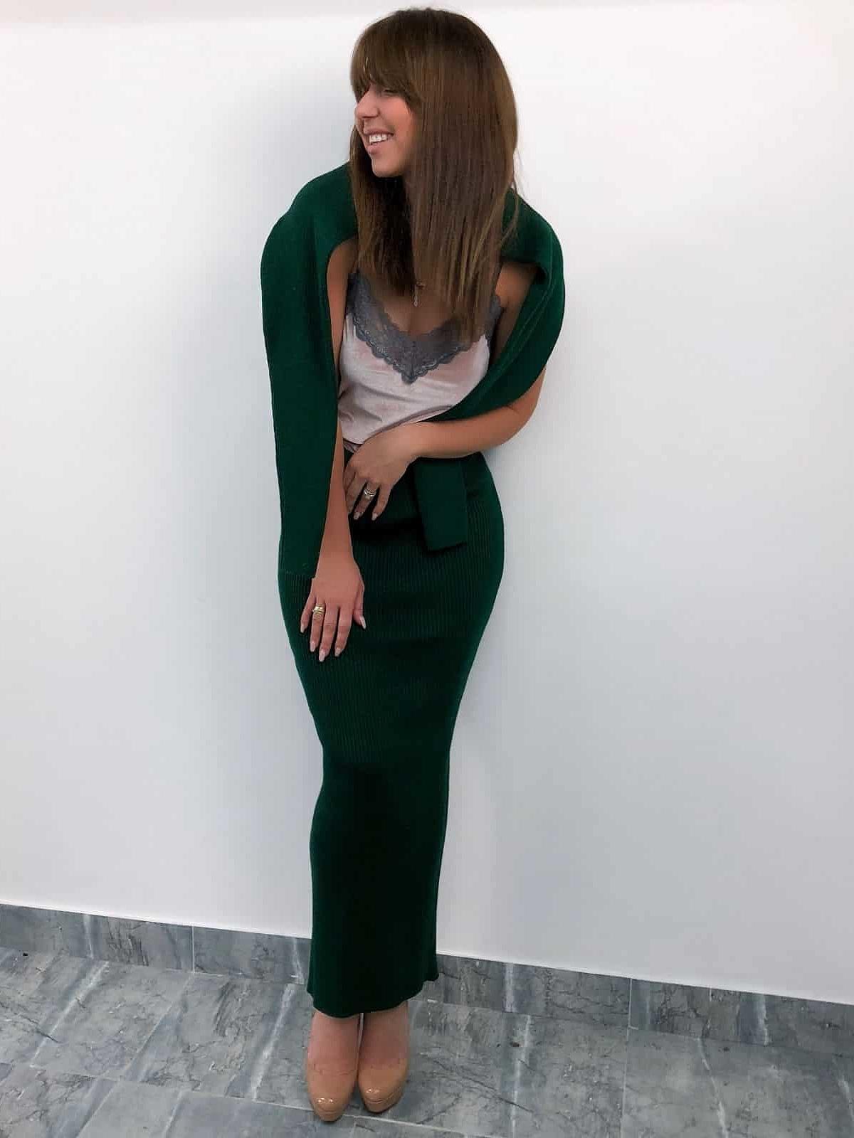 На второй фотографии модный зеленый костюм с юбкой от Shapar, бренда вязаной одежды ручной работы в интернет-магазине связанных спицами вещей.