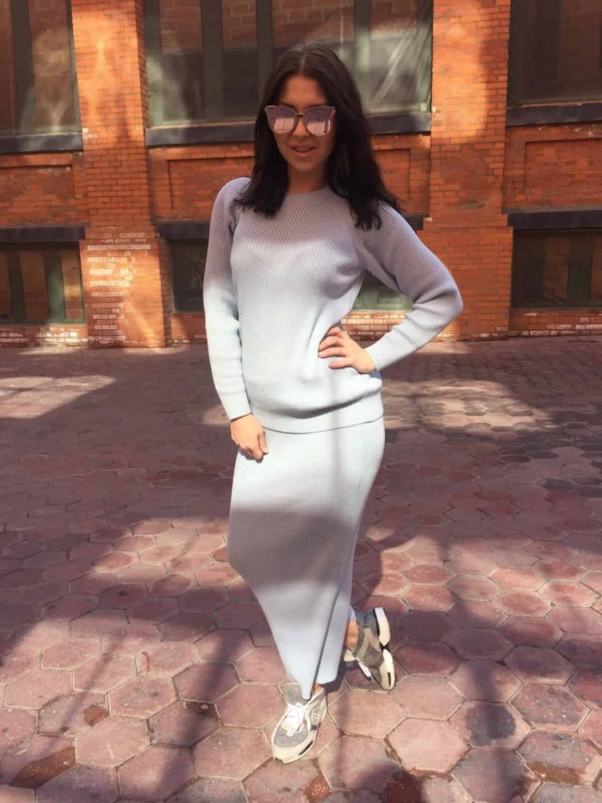 На фотографии голубой женский повседневный костюм с юбкой от SHAPAR, бренда вязаной одежды ручной работы в интернет-магазине связанных вещей.