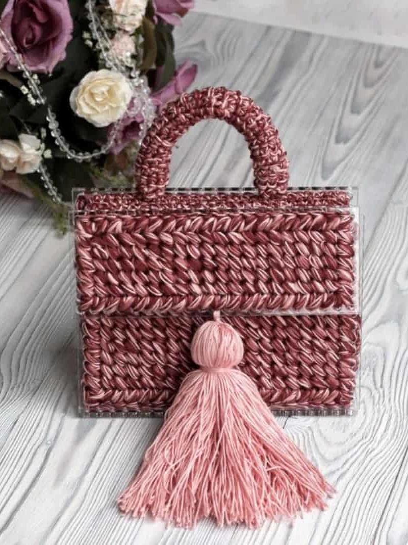 На шестой фотографии коралловая сумка для девушек и женщин от Shapar, бренда вязаной одежды и аксессуаров ручной работы в интернет-магазине связанных спицами вещей.