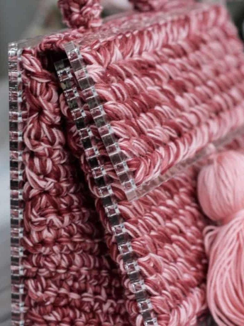 На второй фотографии женская красивая сумка кораллового цвета от Shapar, бренда вязаной одежды и аксессуаров ручной работы в интернет-магазине связанных спицами вещей.