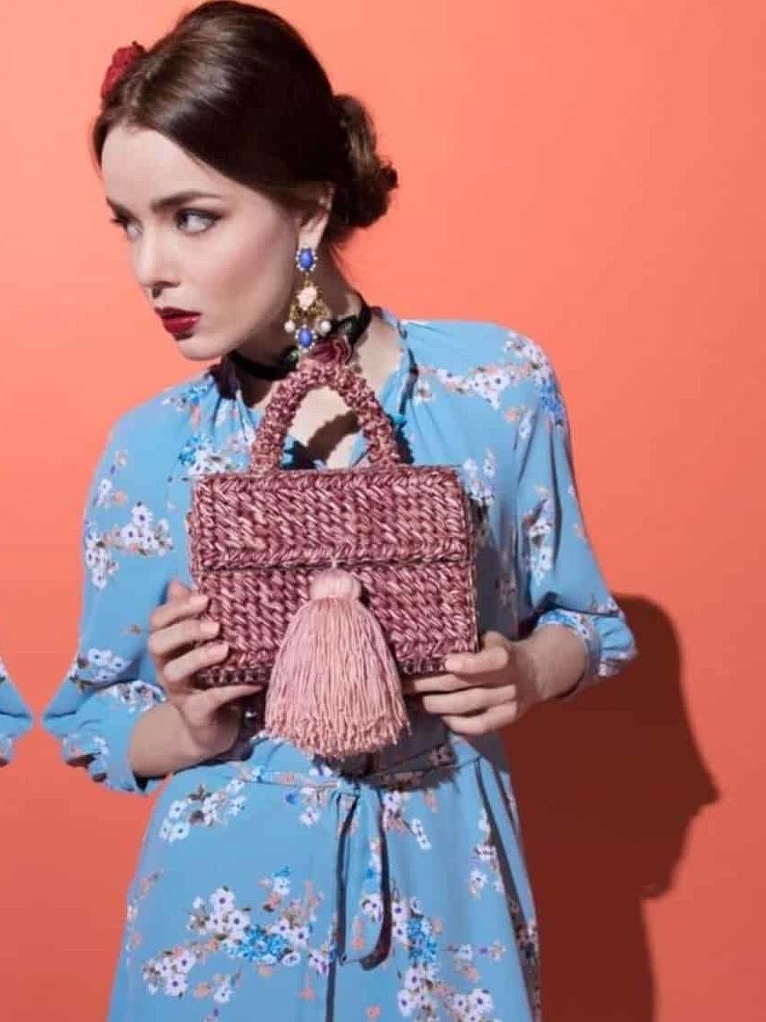 На фотографии женская коралловая сумка от Shapar, бренда вязаной одежды и аксессуаров ручной работы в интернет-магазине связанных спицами вещей.