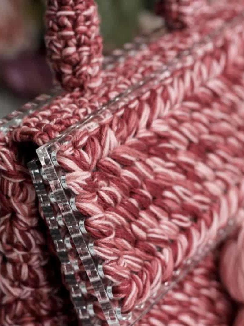 На пятой фотографии женская коралловая сумка из оргстекла от Shapar, бренда вязаной одежды и аксессуаров ручной работы в интернет-магазине связанных спицами вещей.