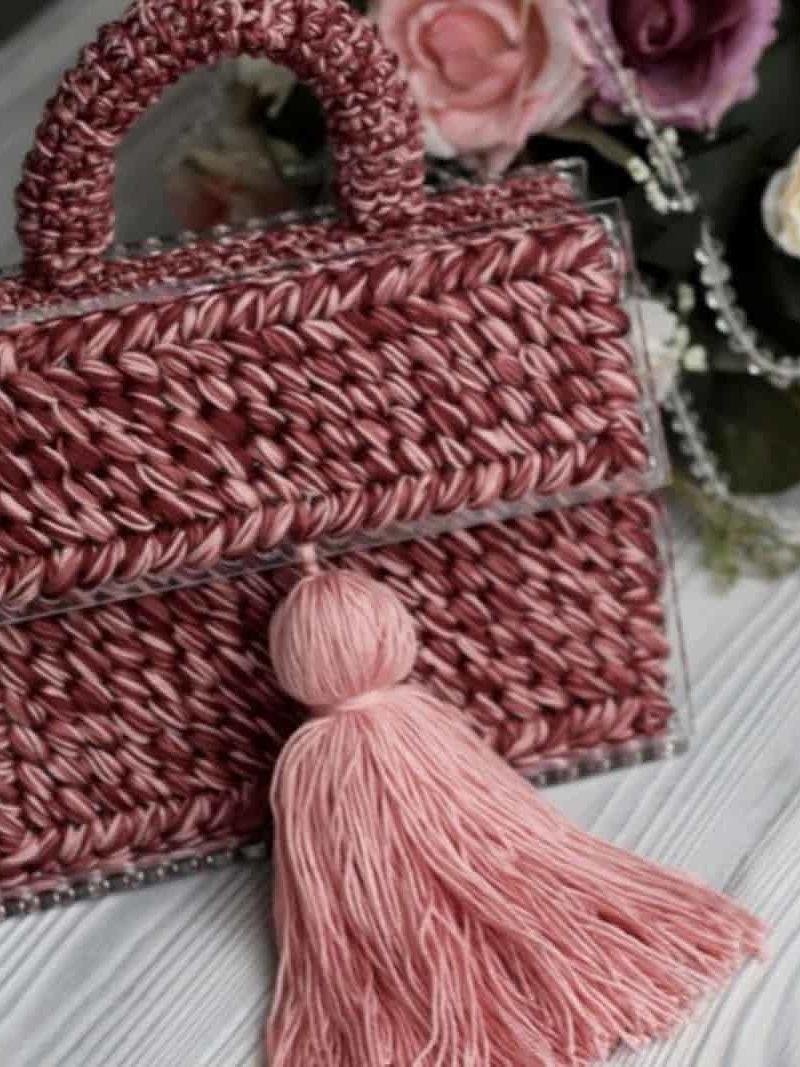 На четвертой фотографии женская красивая коралловая сумка с кистью от Shapar, бренда вязаной одежды и аксессуаров ручной работы в интернет-магазине связанных спицами вещей.