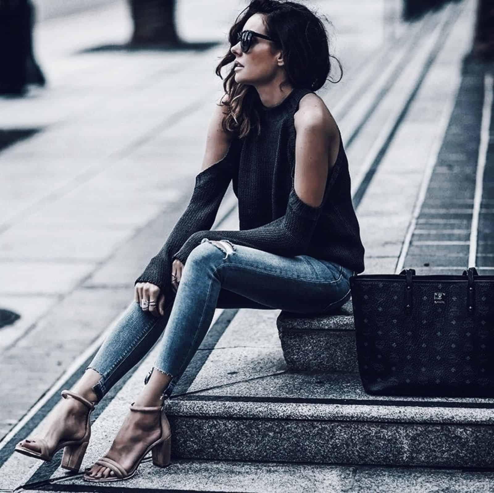 На фотографии женский красивый джемпер с открытыми плечами от Shapar, бренда вязаной одежды ручной работы в интернет-магазине связанных вещей.
