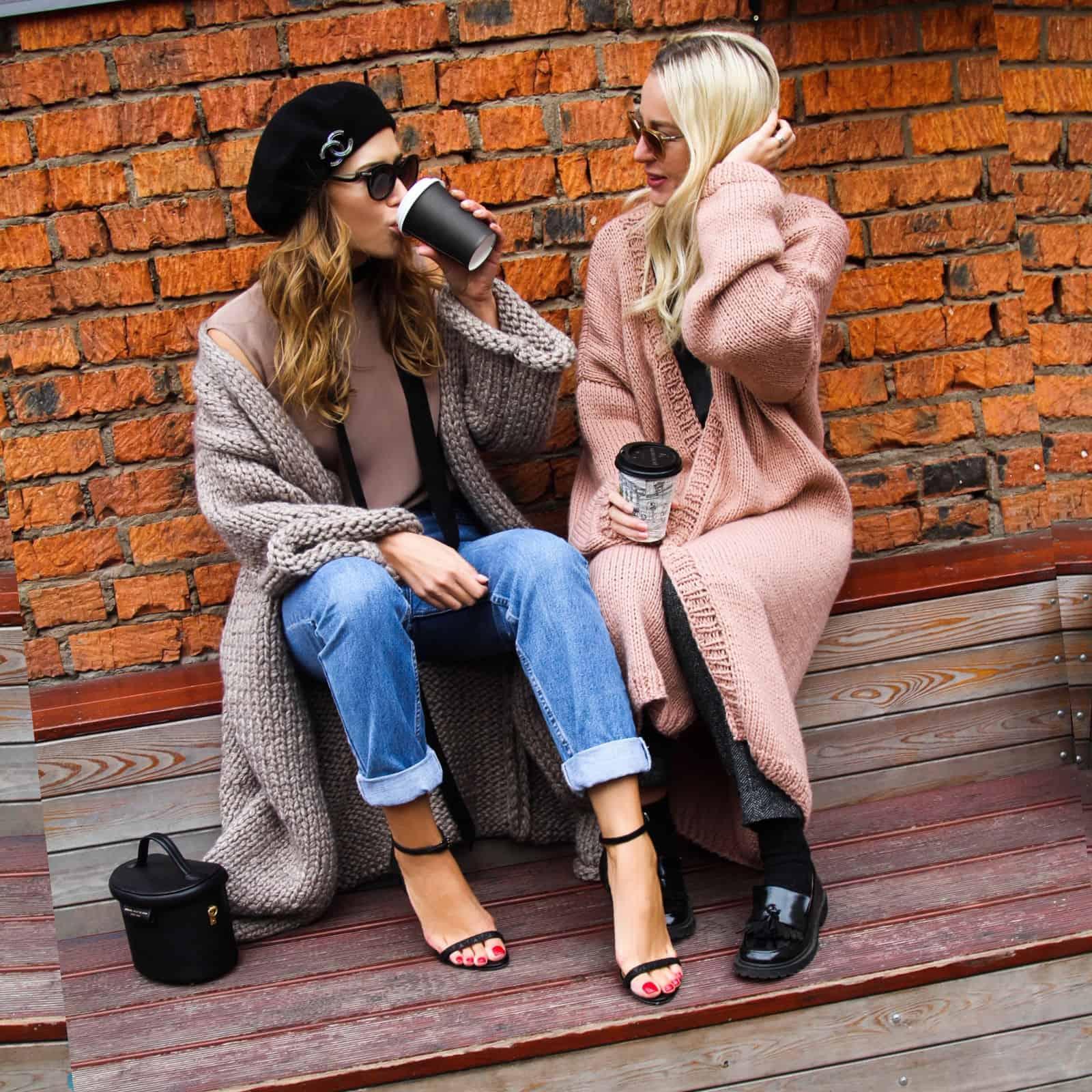 На фотографии красивый вязаный спицами кардиган кремового оттенка от SHAPAR, бренда женской одежды ручной работы в интернет-магазине связанных вещей.