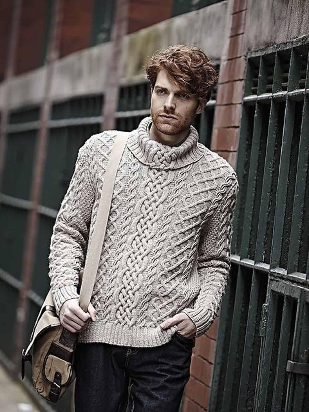 На фотографии красивый мужской свитер от Shapar, бренда вязаной одежды ручной работы в интернет-магазине связанных спицами вещей.