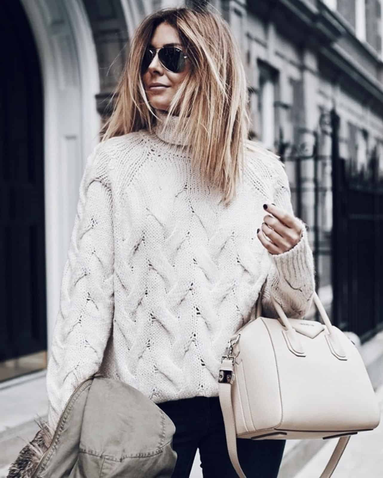 На второй фотографии женский красивый свитер белого цвета от Shapar, бренда вязаной одежды ручной работы в интернет-магазине связанных спицами вещей.
