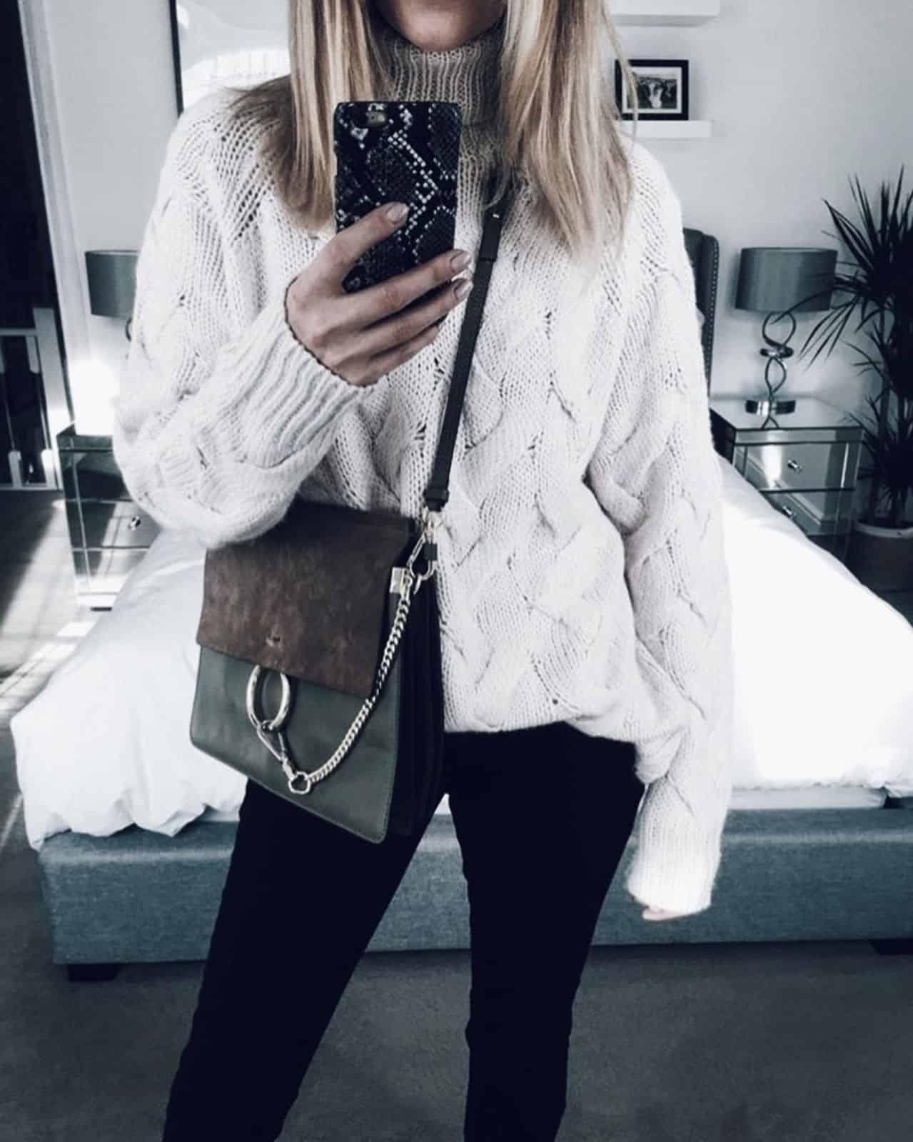 На фотографии женский красивый свитер с воротником от Shapar, бренда вязаной одежды ручной работы в интернет-магазине связанных спицами вещей.