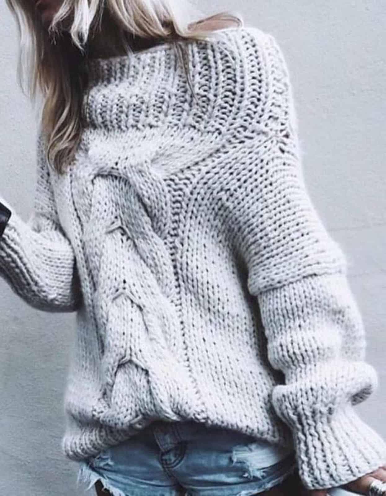 На фотографии женский красивый свитер спицами от Shapar, бренда вязаной одежды ручной работы в интернет-магазине связанных вещей.