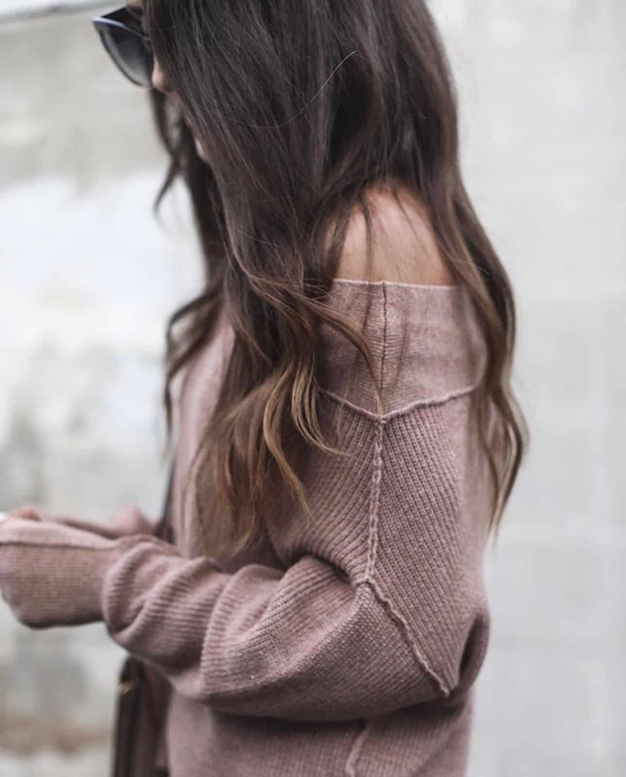 На фотографии женский красивый свитер от SHAPAR, бренда вязаной одежды ручной работы в интернет-магазине связанных спицами вещей.