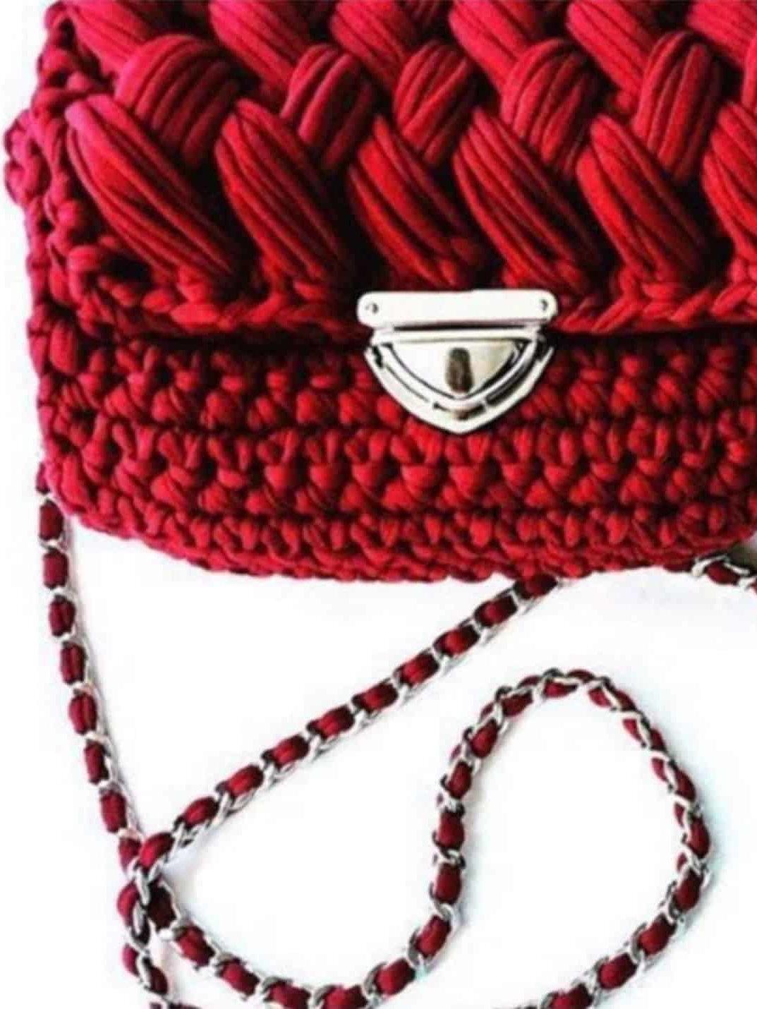 На фотографии красная вязаная сумка от Shapar, бренда женской одежды и аксессуаров ручной работы в интернет-магазине связанных спицами вещей.