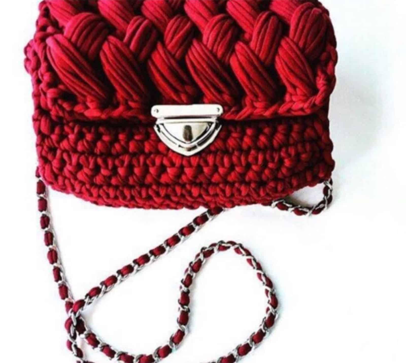 На фотографии красная вязаная сумка от SHAPAR, бренда женских аксессуаров ручной работы в интернет-магазине связанных спицами вещей.