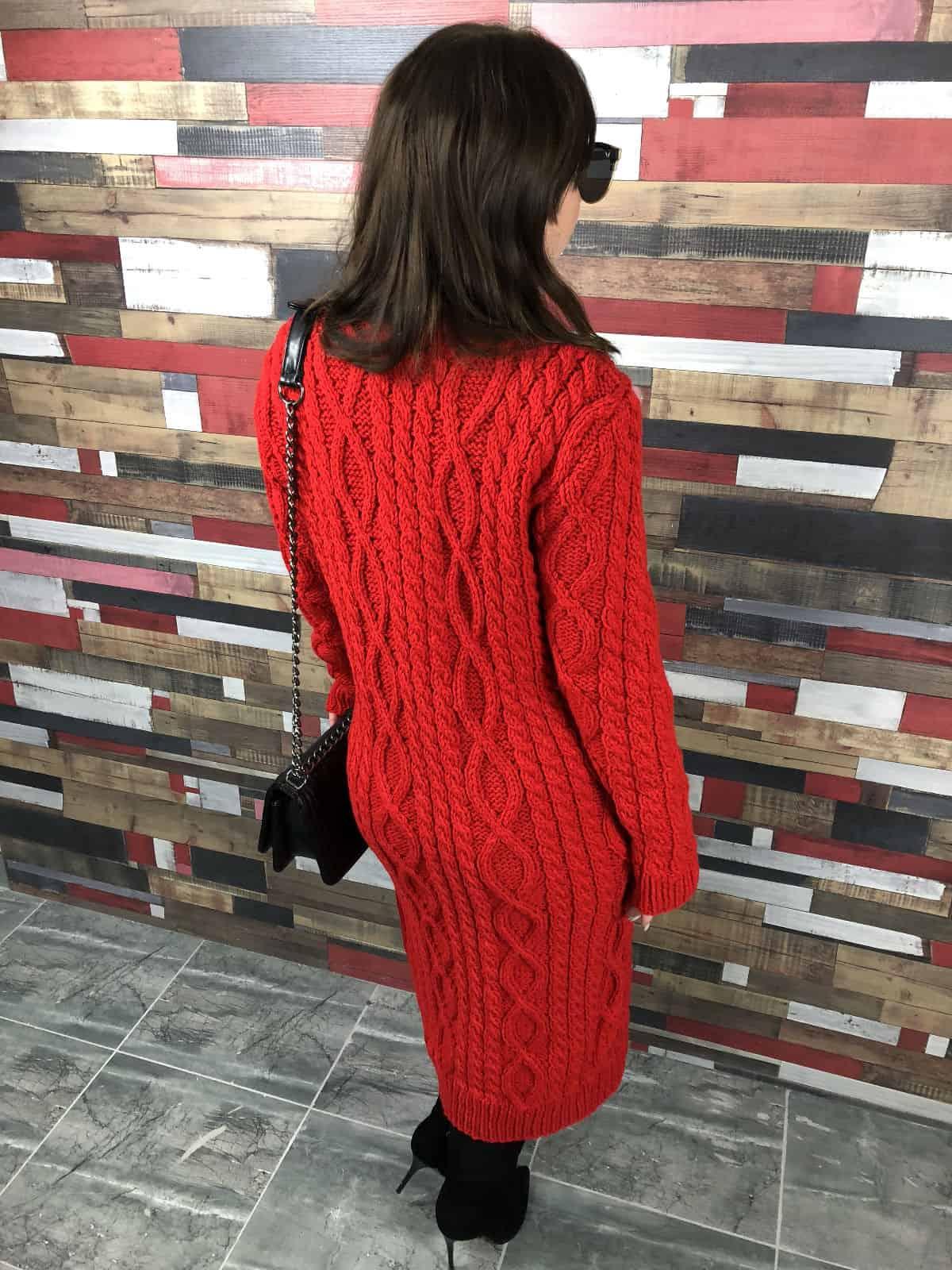 На второй фотографии стильное красное платье в косу от Shapar, бренда женской одежды ручной работы в интернет-магазине связанных спицами вещей.