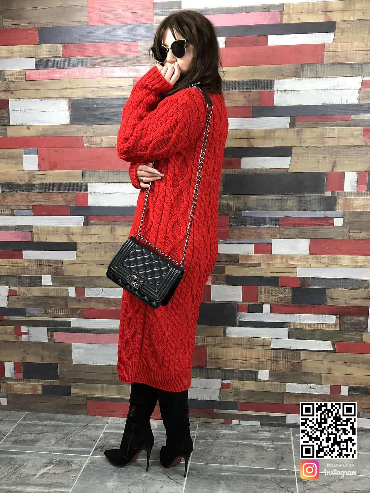 На третьей фотографии длинное платье с косами красного цвета на осень, зиму и весну от Shapar, бренда женской вязаной одежды ручной работы в интернет-магазине связанных спицами вещей.
