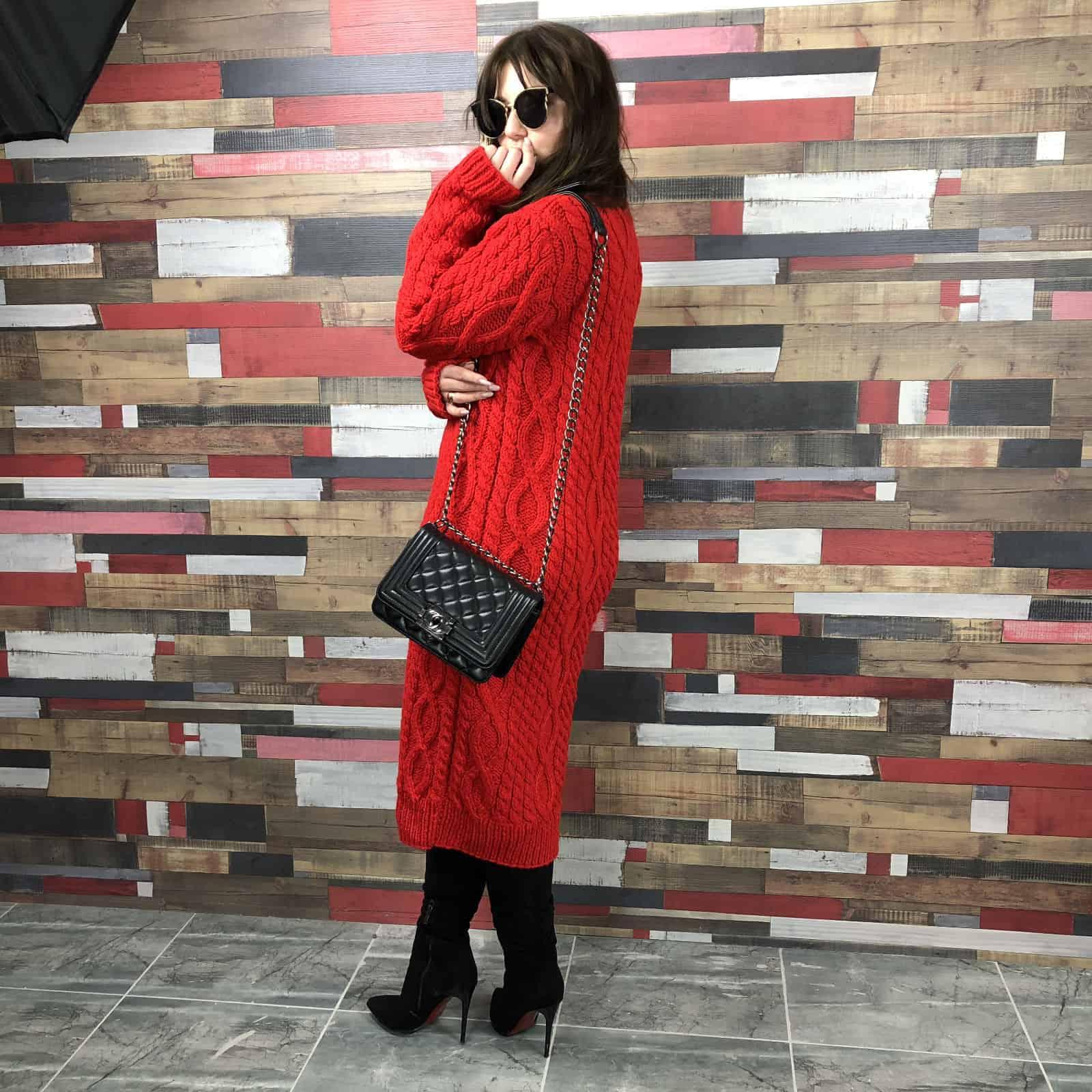 На третьей фотографии обтягивающее платье с косами на осень-зиму от Shapar, бренда женской одежды ручной работы в интернет-магазине связанных спицами вещей.