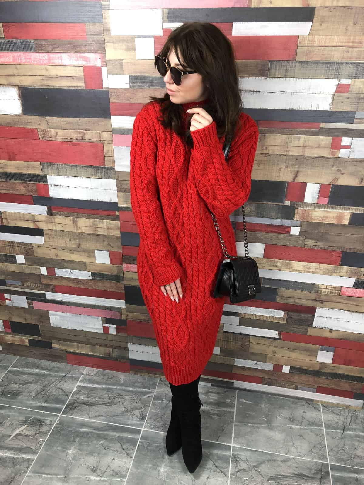 На фотографии красное вязаное платье с косами от Shapar, бренда женской одежды ручной работы в интернет-магазине связанных спицами вещей.