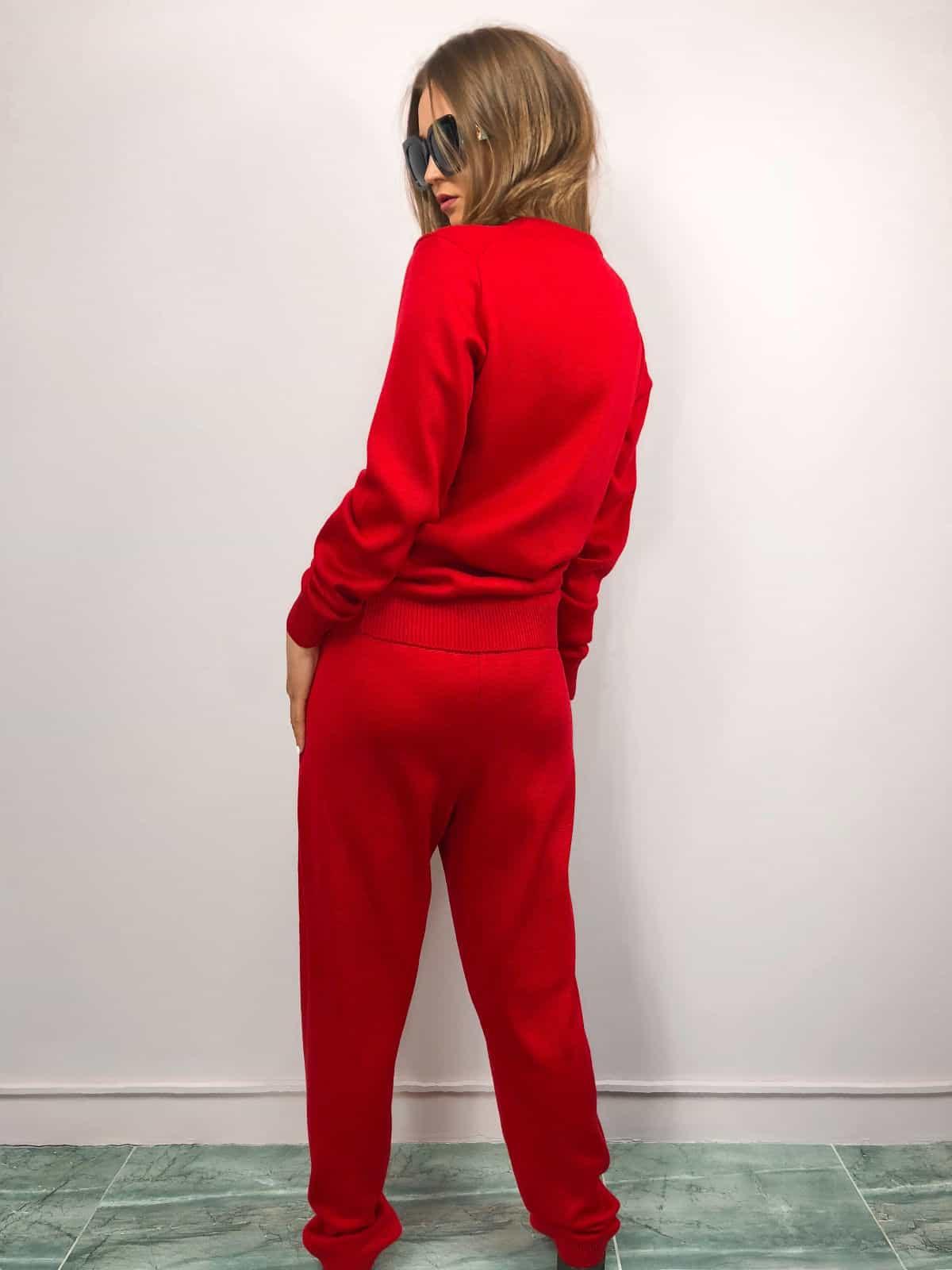 На фотографии женский красный костюм с брюками от SHAPAR, бренда вязаной одежды ручной работы в интернет-магазине связанных спицами вещей.