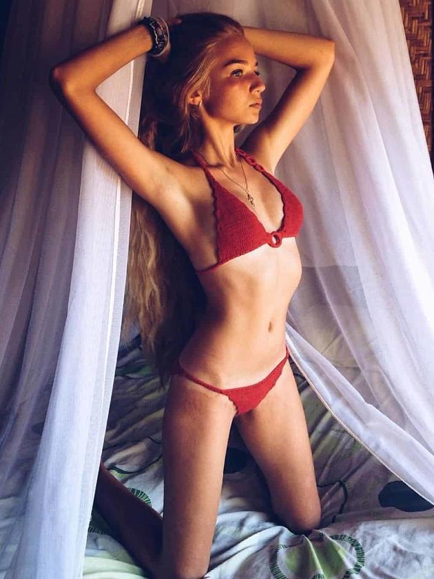 На фотографии вязаный купальник красного цвета от Shapar, бренда женской пляжной одежды ручной работы в интернет-магазине связанных крючком вещей.