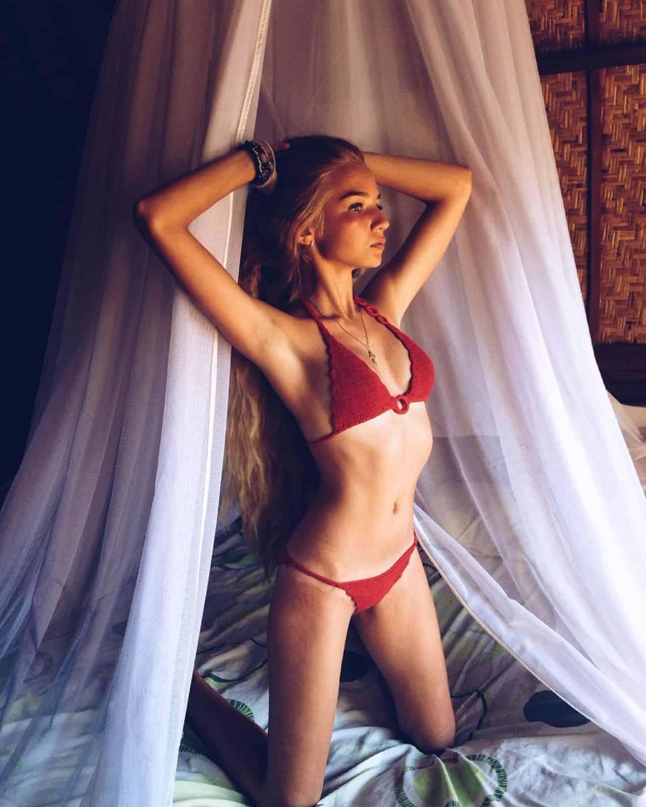 На фотографии красный женский купальник от SHAPAR, бренда вязаной одежды ручной работы в интернет-магазине связанных крючком вещей.
