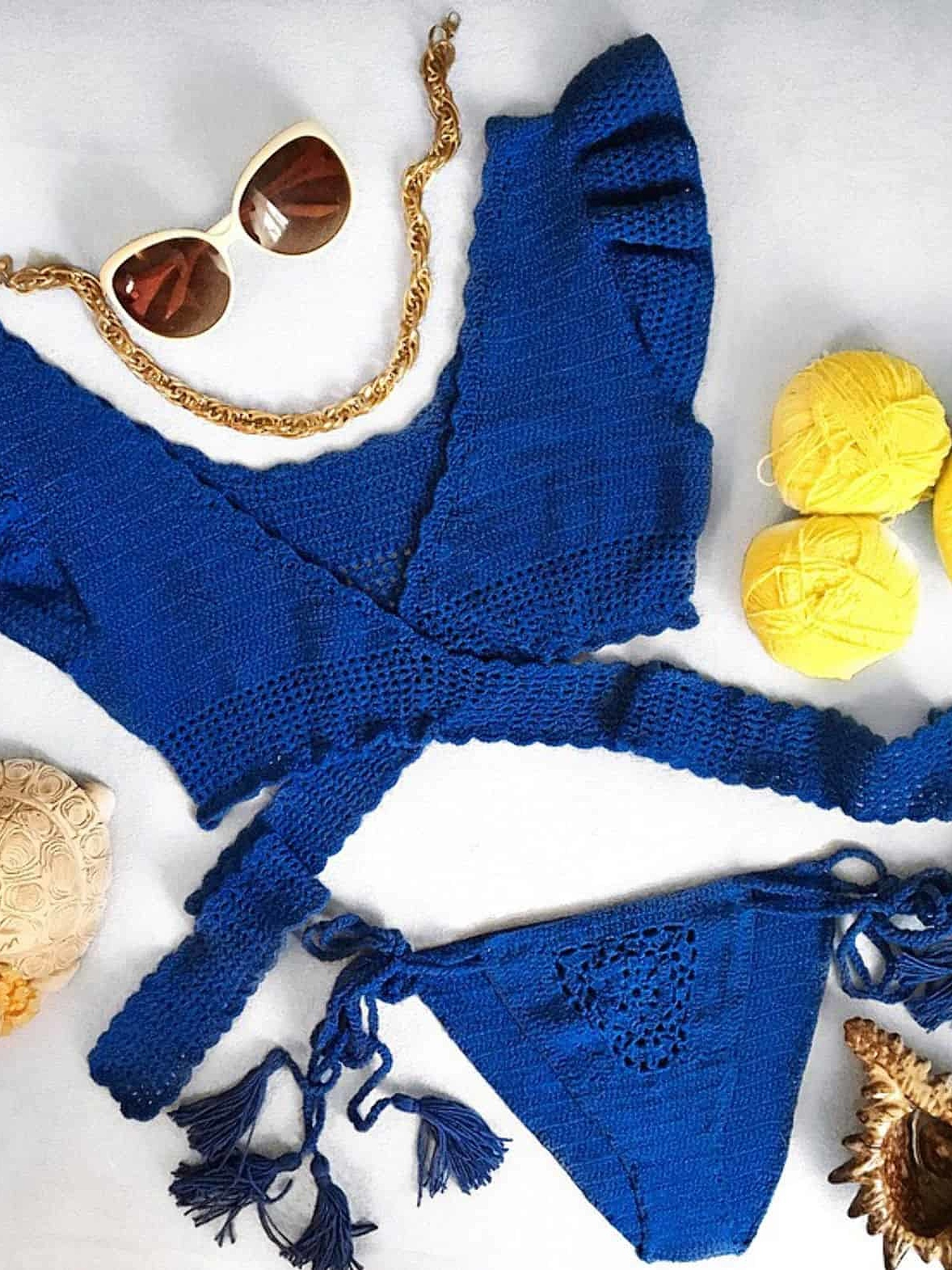 На фотографии женский синий вязаный купальник от Shapar, бренда одежды ручной работы в интернет-магазине вязаных спицами вещей.