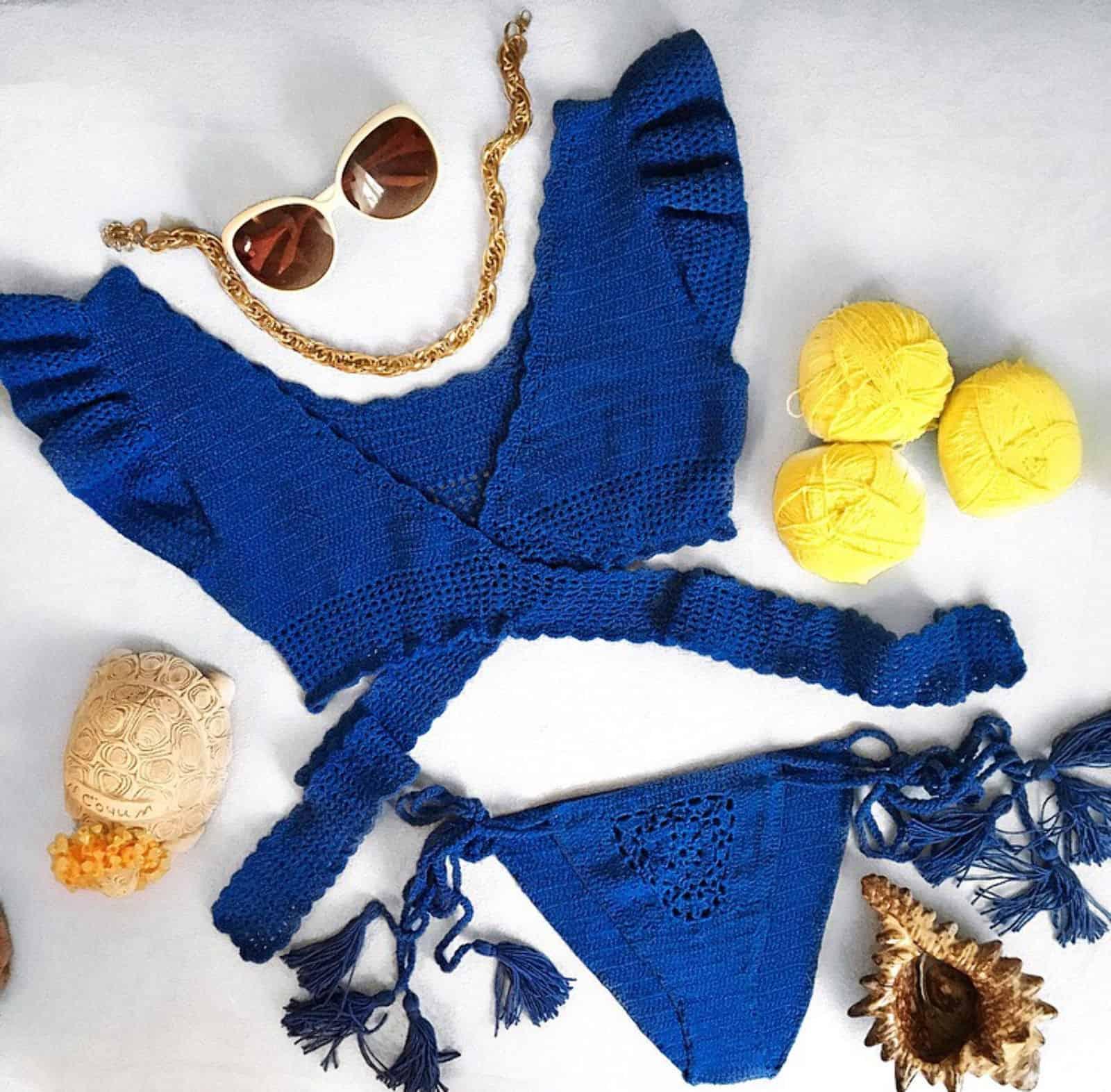На фотографии женский синий купальник, связанный крючком, от SHAPAR, бренда одежды ручной работы в интернет-магазине вязаных вещей.
