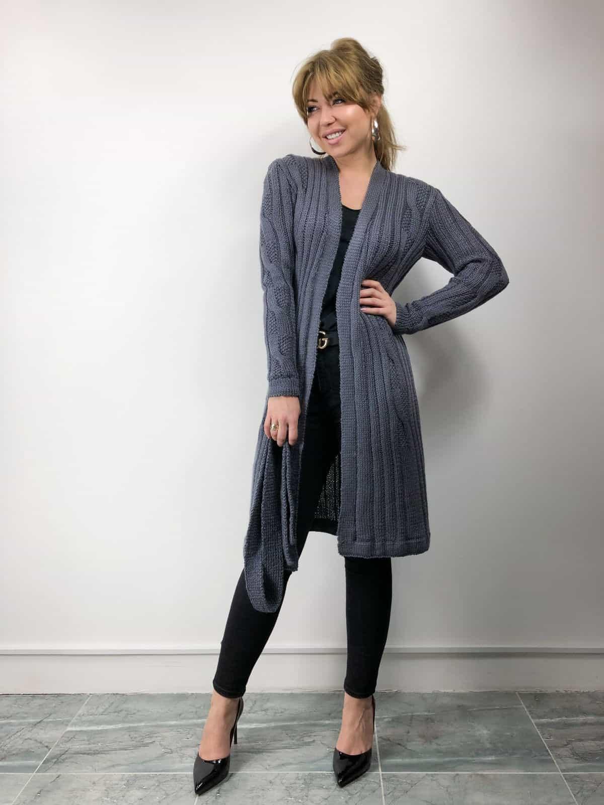 На фотографии женский легкий кардиган от SHAPAR, бренда вязаной одежды ручной работы в интернет-магазине связанных спицами вещей.