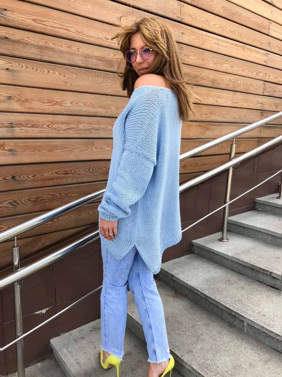 На второй фотографии женский летний свитер из хлопка с асимметричным низом от Shapar, бренда вязаной одежды ручной работы в интернет-магазине связанных спицами вещей.