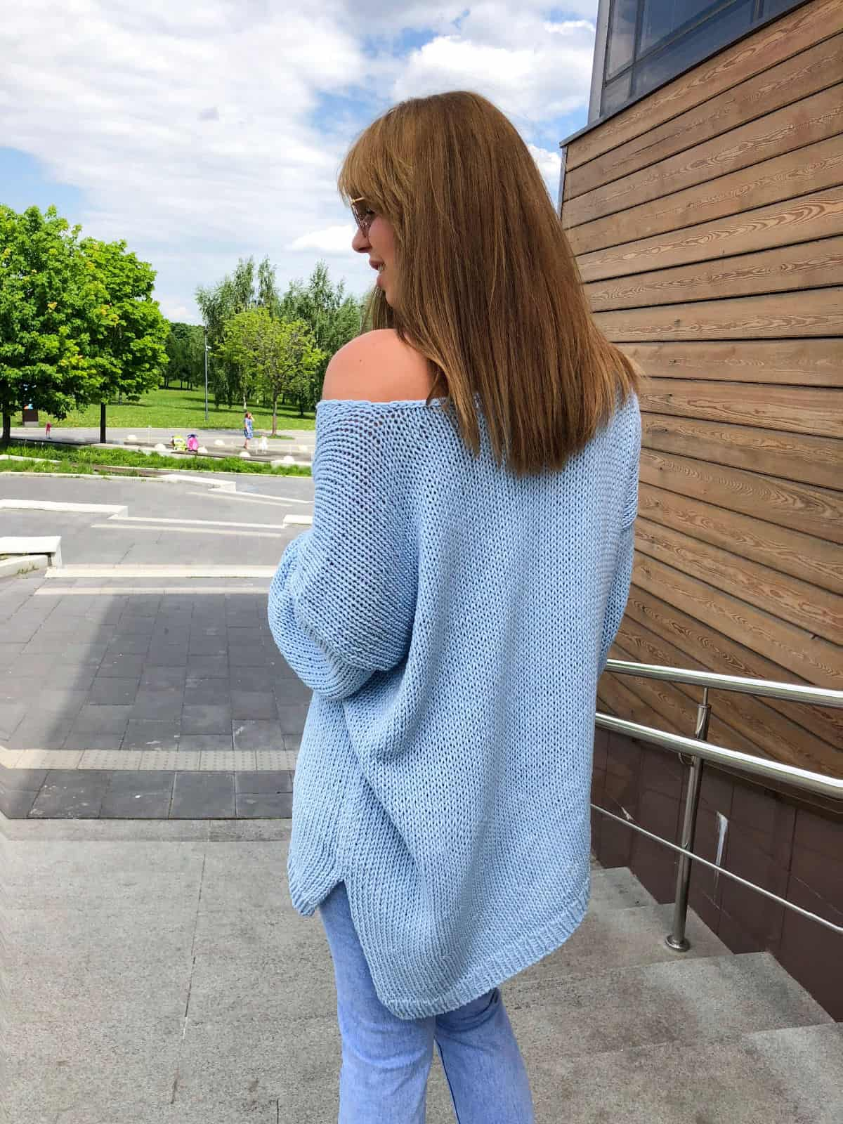На четвертой фотографии женский летний свитер из хлопка со спины от Shapar, бренда вязаной одежды ручной работы в интернет-магазине связанных спицами вещей.