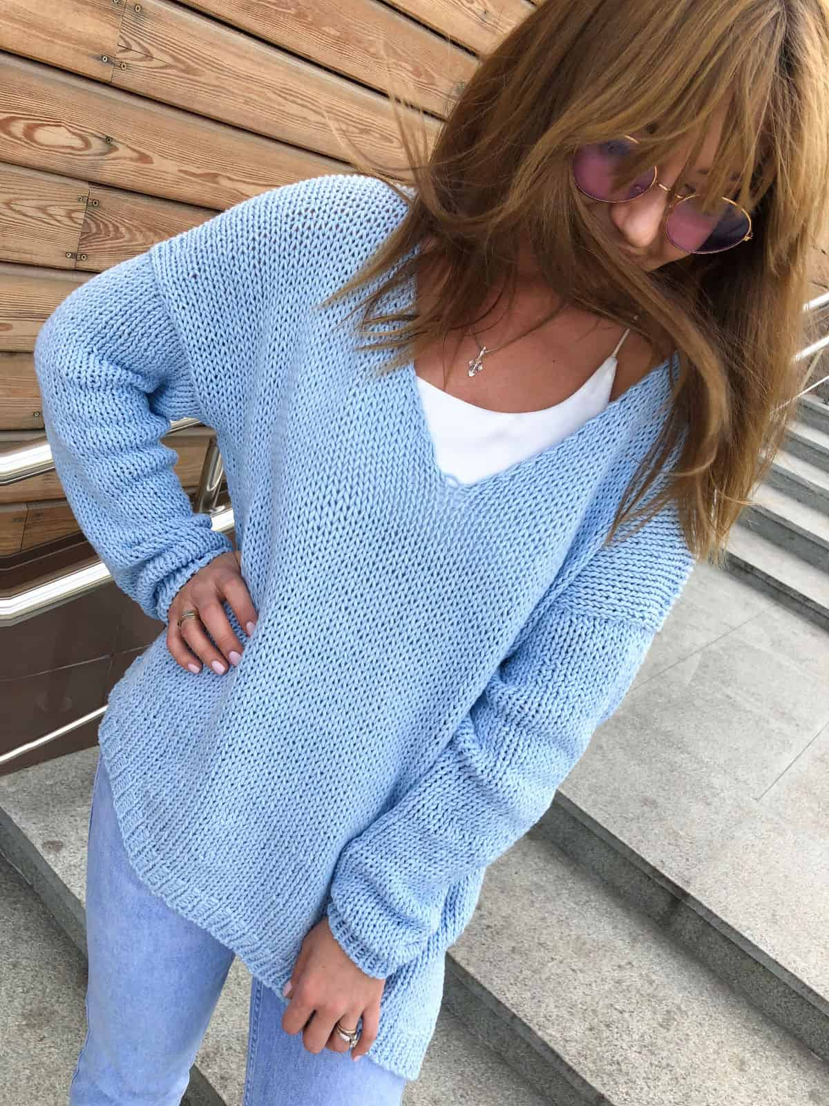 На третьей фотографии голубой летний свитер из хлопка от Shapar, бренда женской вязаной одежды ручной работы в интернет-магазине связанных спицами вещей.