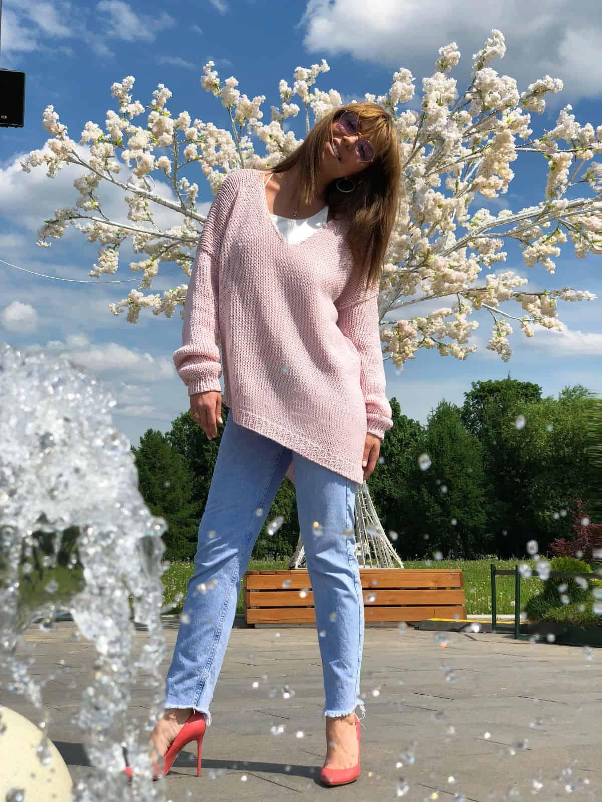 На фотографии женский летний свитер спицами от Shapar, бренда вязаной одежды ручной работы в интернет-магазине связанных вещей.