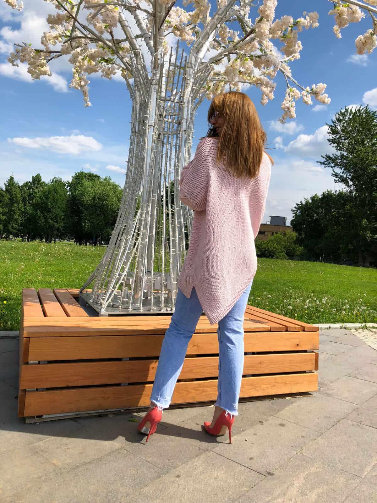 На второй фотографии летний свитер спицами со спины от Shapar, бренда вязаной одежды ручной работы в интернет-магазине связанных вещей.