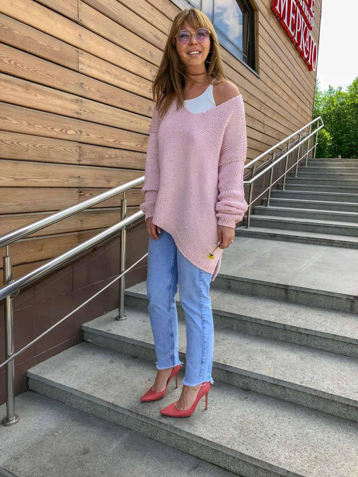 На четвертой фотографии женский летний свитер спицами на одно плечо от Shapar, бренда вязаной одежды ручной работы в интернет-магазине связанных вещей.