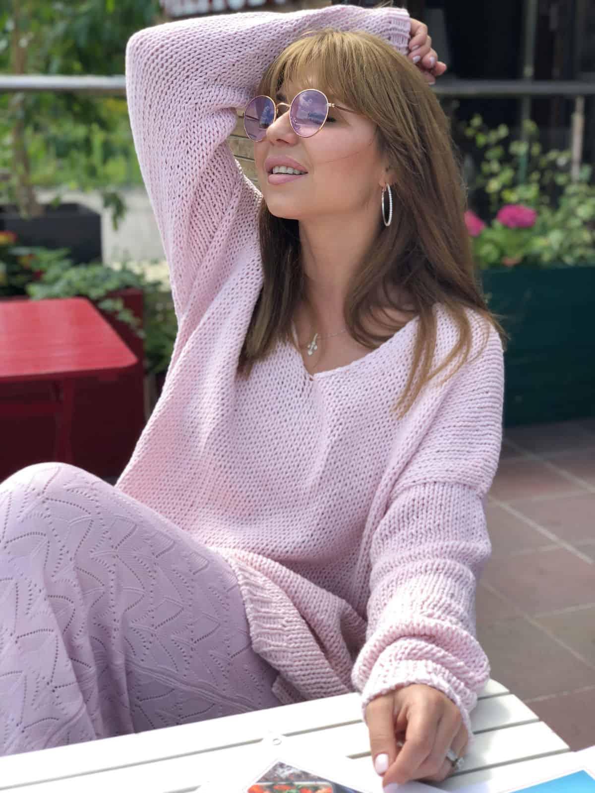 На третьей фотографии розовый летний свитер спицами от Shapar, бренда вязаной одежды ручной работы в интернет-магазине связанных вещей.
