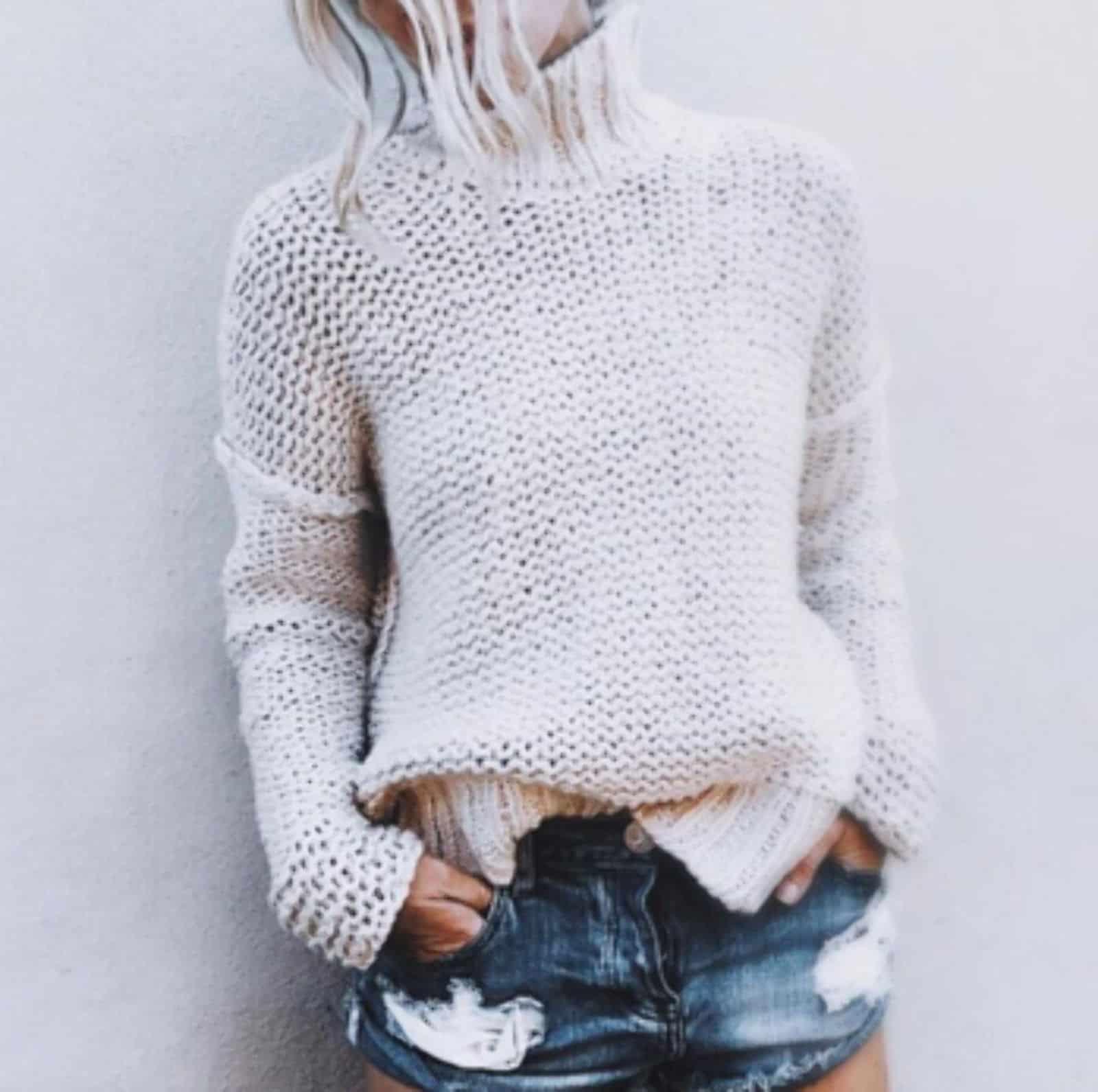 На фотографии летний белый свитер из хлопка от SHAPAR, бренда женской вязаной одежды ручной работы в интернет-магазине связанных спицами вещей.