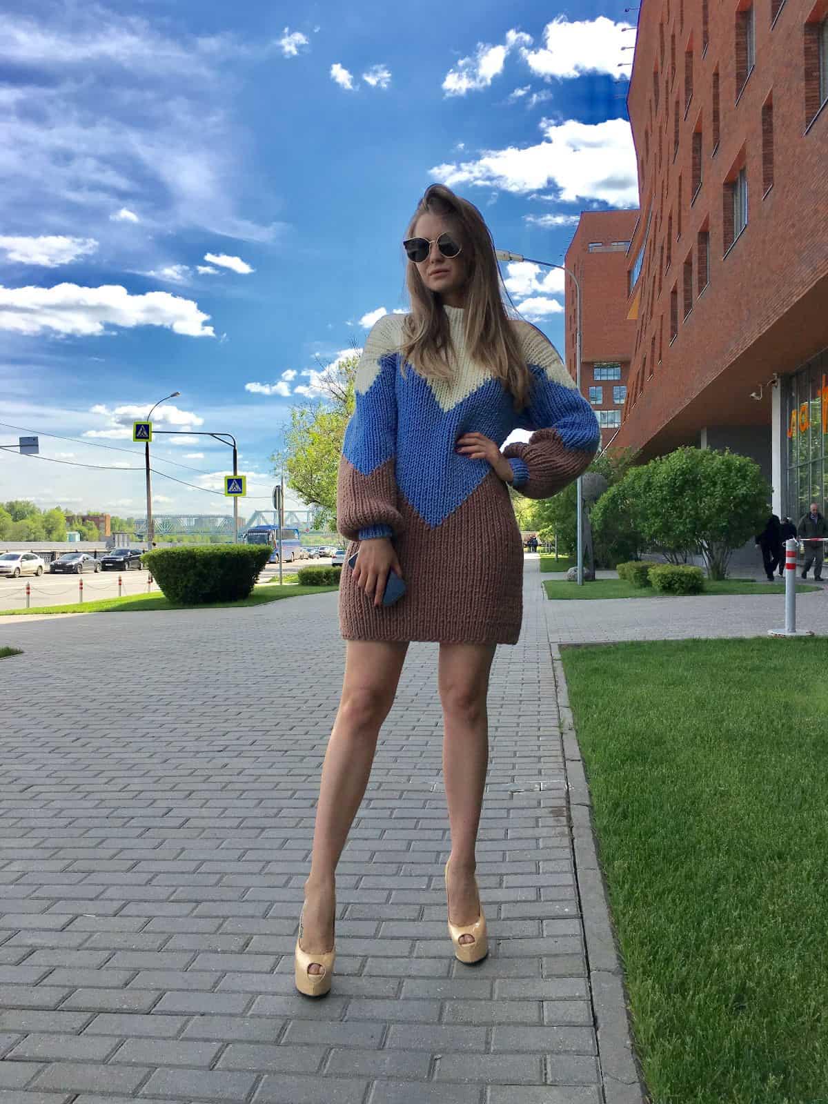 На второй фотографии женский трехцветный свитер с узором от Shapar, бренда вязаной одежды ручной работы в интернет-магазине связанных спицами вещей.