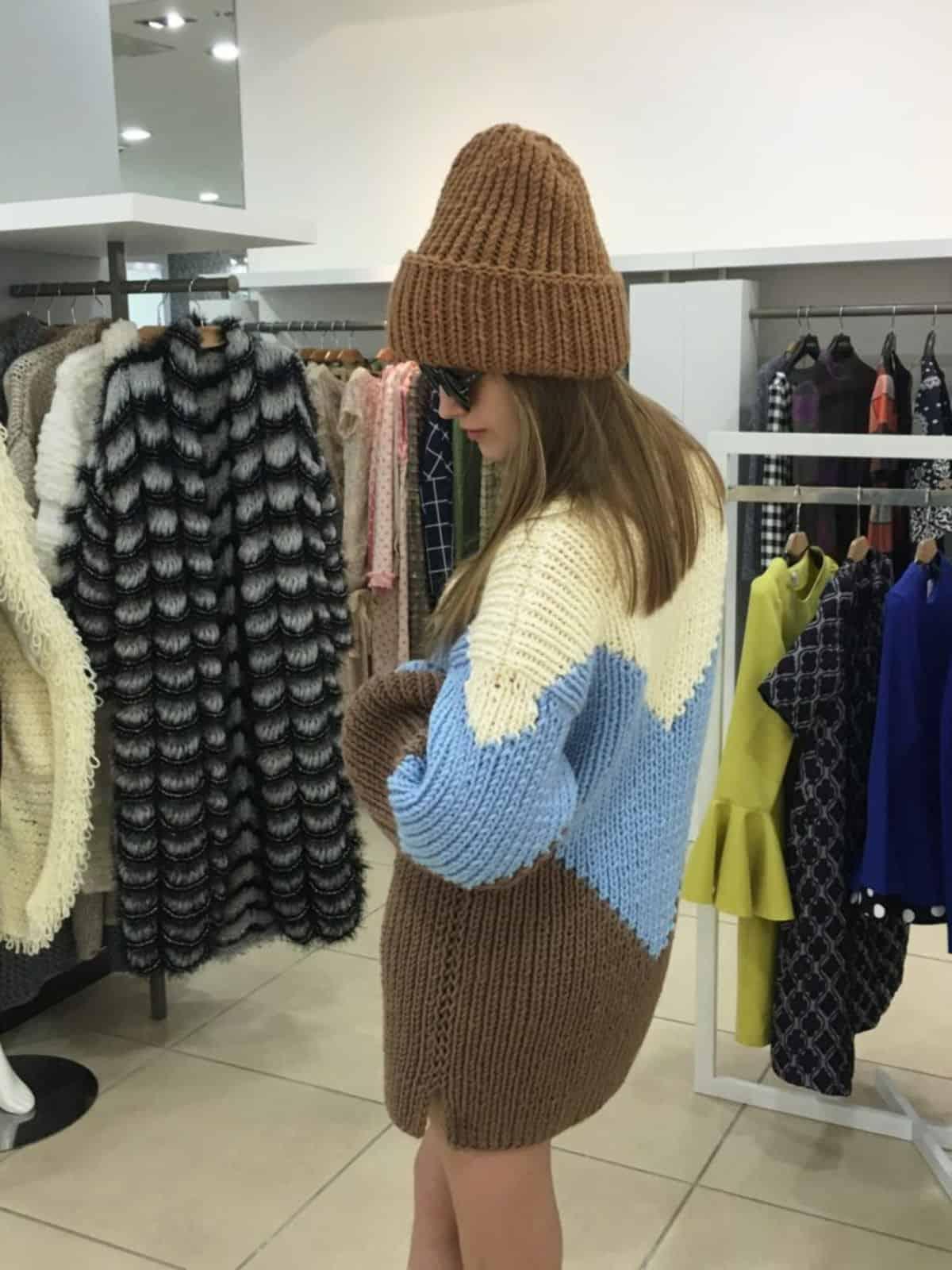 На пятой фотографии трехцветный свитер со спины от Shapar, бренда вязаной одежды ручной работы в интернет-магазине связанных спицами вещей.