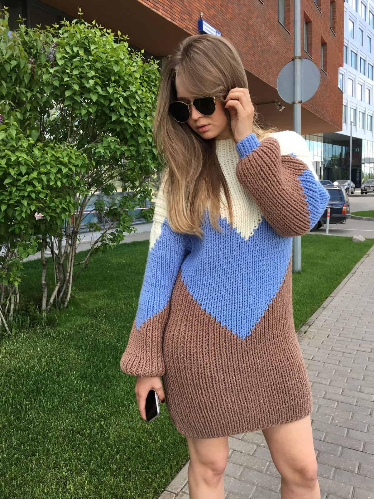 На фотографии женский трехцветный свитер от Shapar, бренда вязаной одежды ручной работы в интернет-магазине связанных спицами вещей.