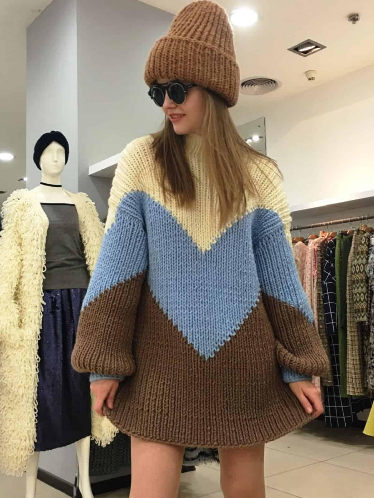 На четвертой фотографии длинный трехцветный свитер на каждый день от Shapar, бренда вязаной одежды ручной работы в интернет-магазине связанных спицами вещей.