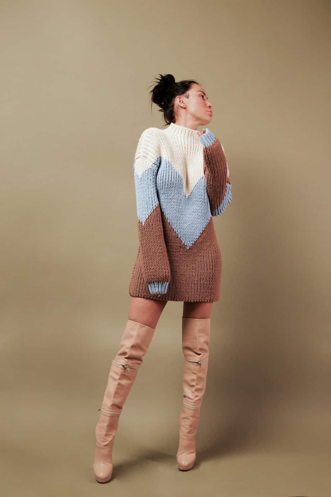 На третьей фотографии модный трехцветный свитер для девушек и женщин от Shapar, бренда вязаной одежды ручной работы в интернет-магазине связанных спицами вещей.