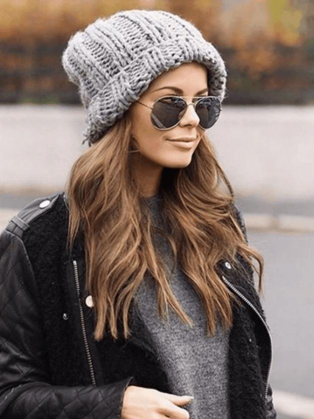 На фотографии модные вязаные шапки в 2018 году.
