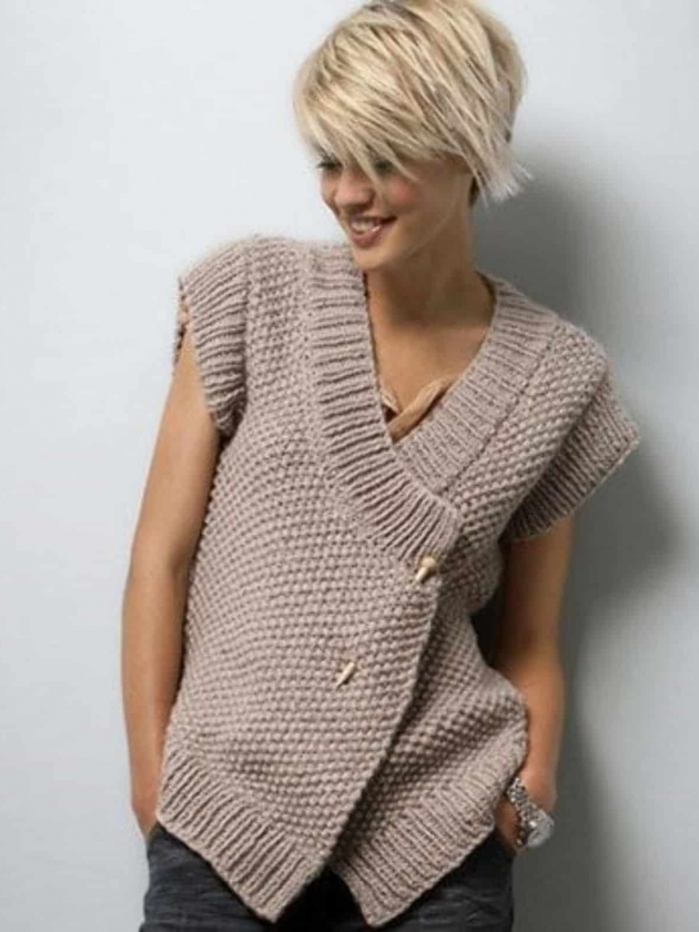 На фотографии модные вязаные жилеты 2018: обзор женских моделей с фото