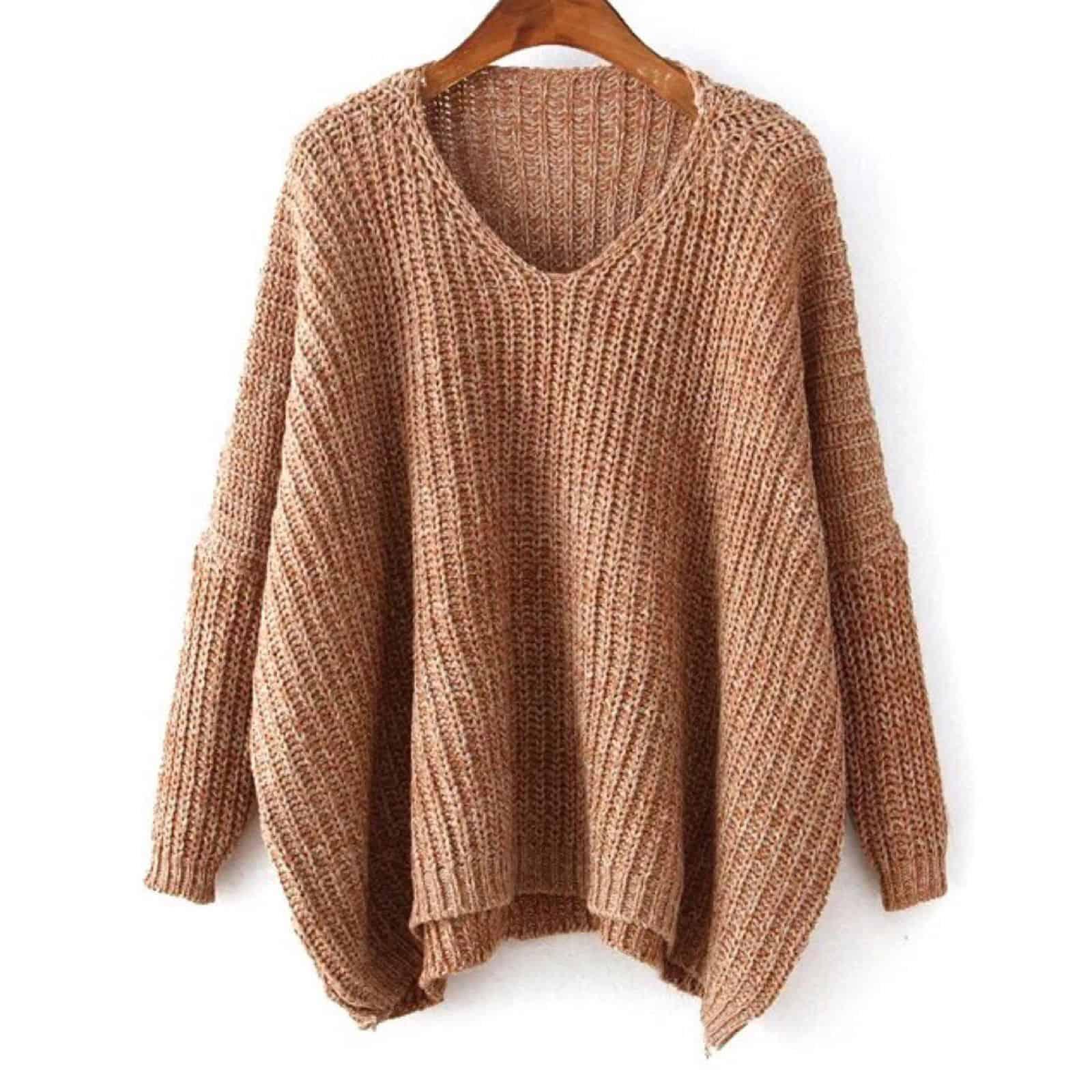 На фотографии модный вязаный спицами джемпер от SHAPAR, бренда женской одежды ручной работы в интернет-магазине связанных вещей.