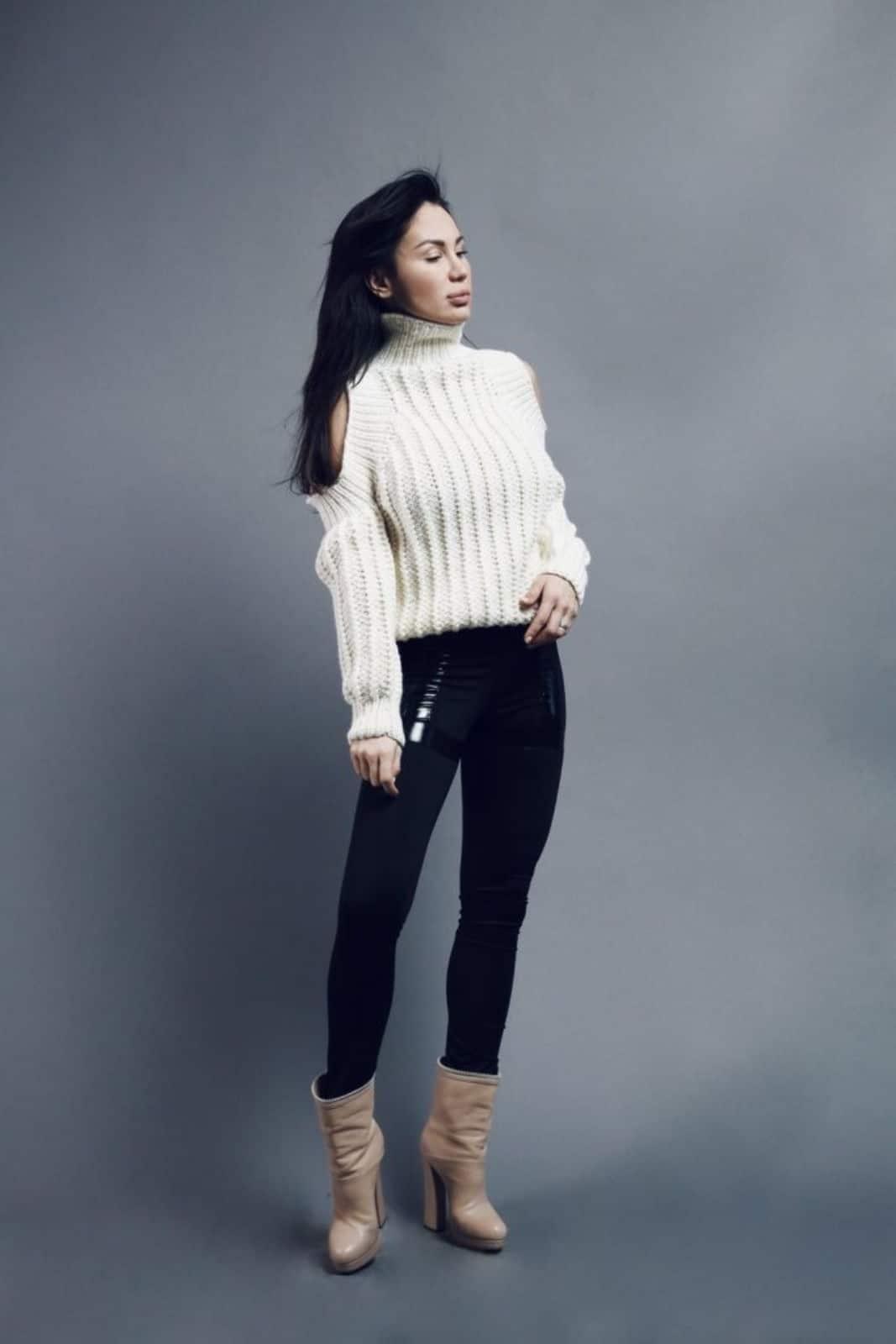 На второй фотографии женский модный свитер с открытыми плечами от Shapar, бренда вязаной одежды ручной работы в интернет-магазине связанных спицами вещей.