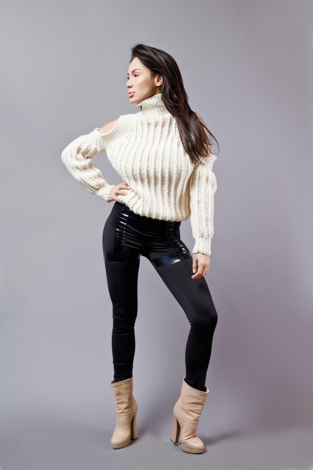 На фотографии женский модный свитер молочного цвета от Shapar, бренда вязаной одежды ручной работы в интернет-магазине связанных спицами вещей.