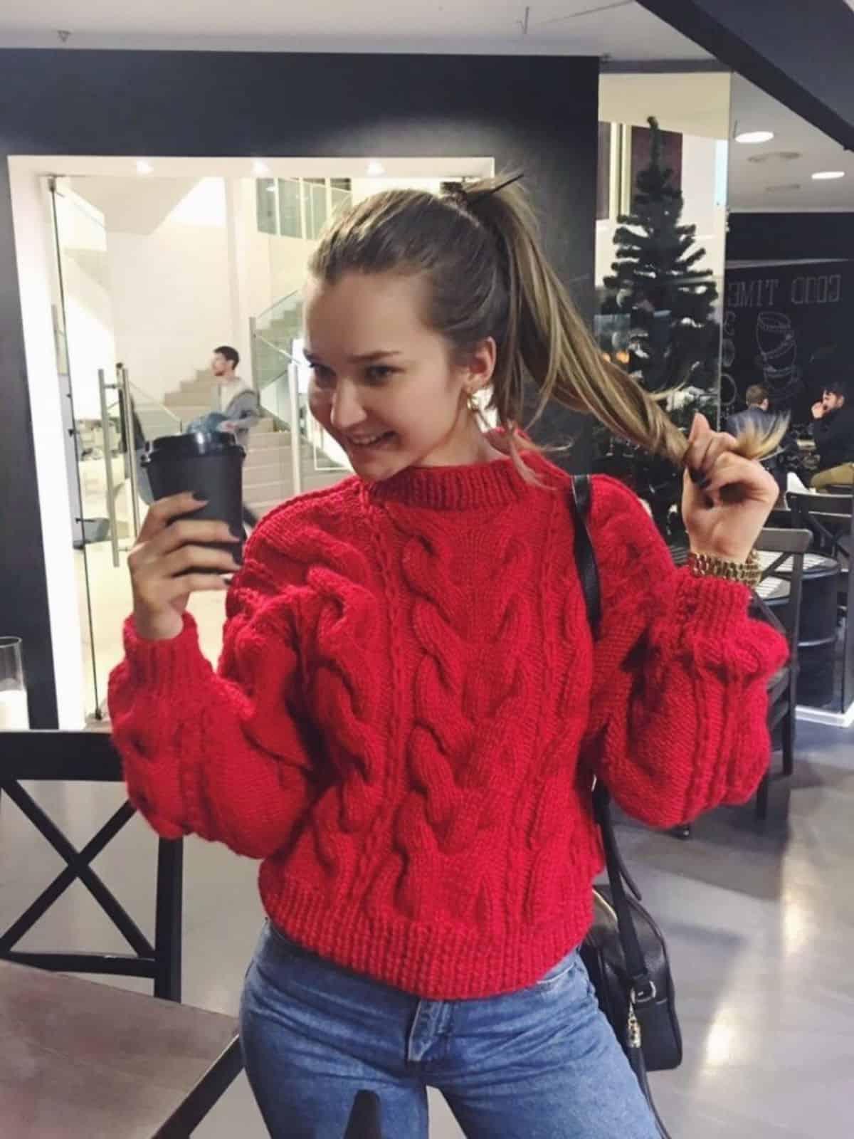 На фотографии модный вязаный свитер от Shapar, бренда женской одежды ручной работы в интернет-магазине связанных спицами вещей.